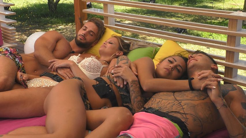 "Julian, Stephanie, Elena und Jan in ""Love Island"""