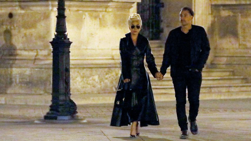 Lady Gaga und Christian Carino am Louvre in Paris
