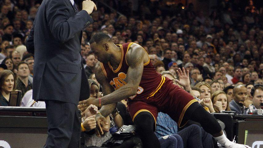 Klinik nach Sturz: NBA-Star LeBron James kracht auf Frau!