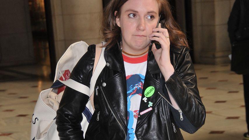 Lena Dunham bei der Ankunft in Washington D.C. mit Hillary-Clinton-Shirt