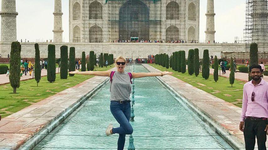 Lena Gercke vor dem Taj Mahal in Indien