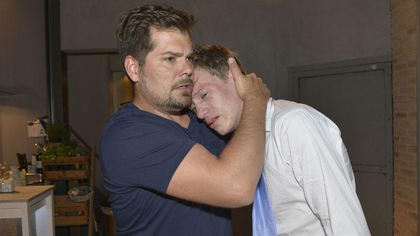 Leon (Daniel Fehlow) tröstet Vince (Vincent Krüger)
