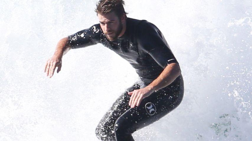 Endlich neue Pics: Liam Hemsworth wieder als sexy Surfer-Boy