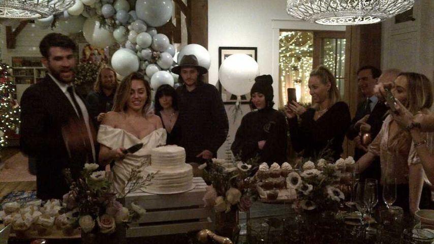 Liam Hemsworth, Miley Cyrus und die Familie an ihrer Hochzeit 2018