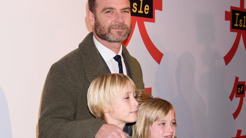 Süß: Liev Schreiber mit seinen Söhnen auf dem roten Teppich!