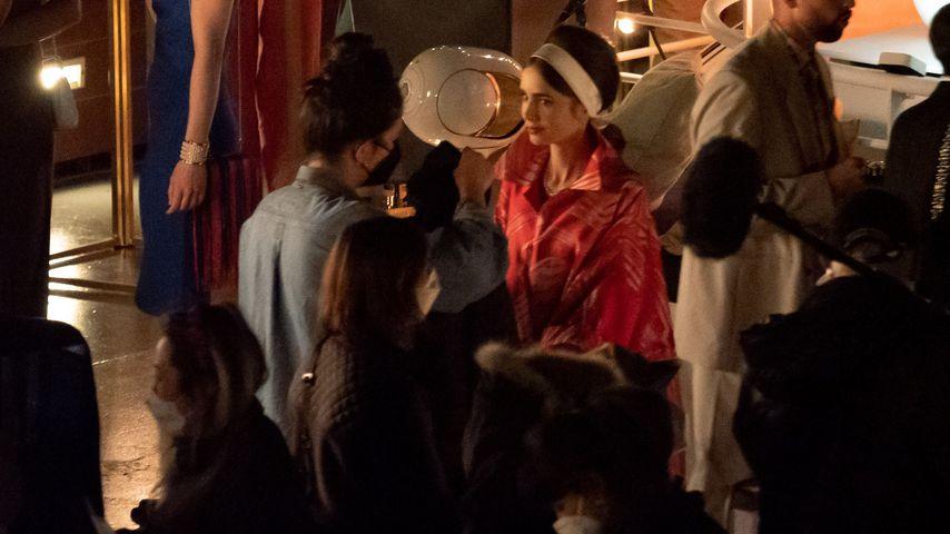 """Lily Collins am """"Emily in Paris""""-Set"""