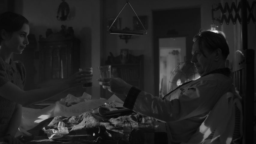 """Lily Collins und Gary Oldman in einer Szene aus """"Mank"""""""