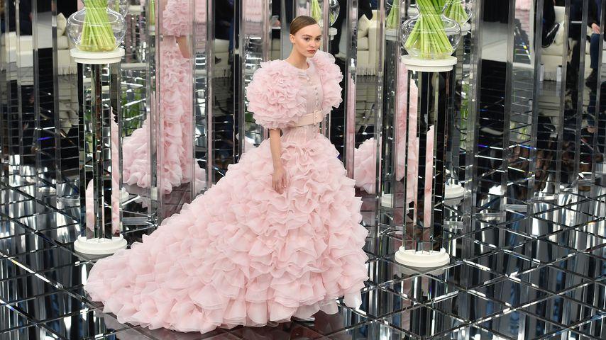 Lily-Rose Depp als Chanel-Braut in der Chanel Spring Summer 2017 Show in Paris