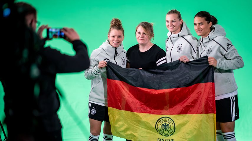 Linda Dallmann, ein Fan, Alexandra Popp und Dzsenifer Marozsan im März 2019 in München