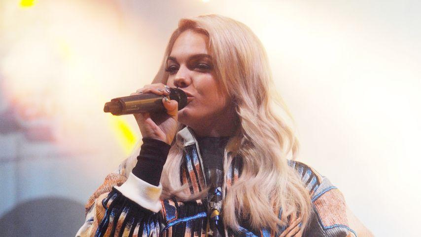 Louisa Johnson auf der Bühne in Sheffield, England