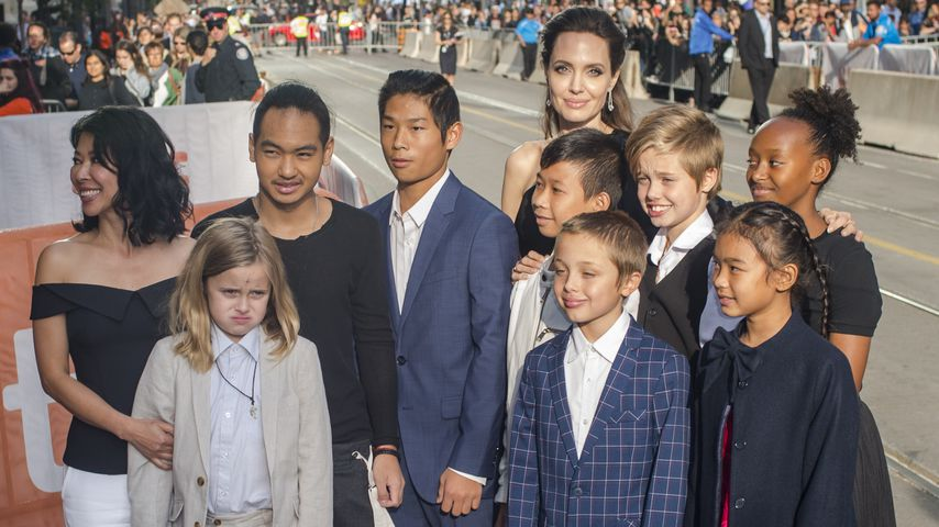 Loung Ung und Angelina Jolie mit ihren Kindern und Hauptdarstellern ihrer Netflixserie in Toronto