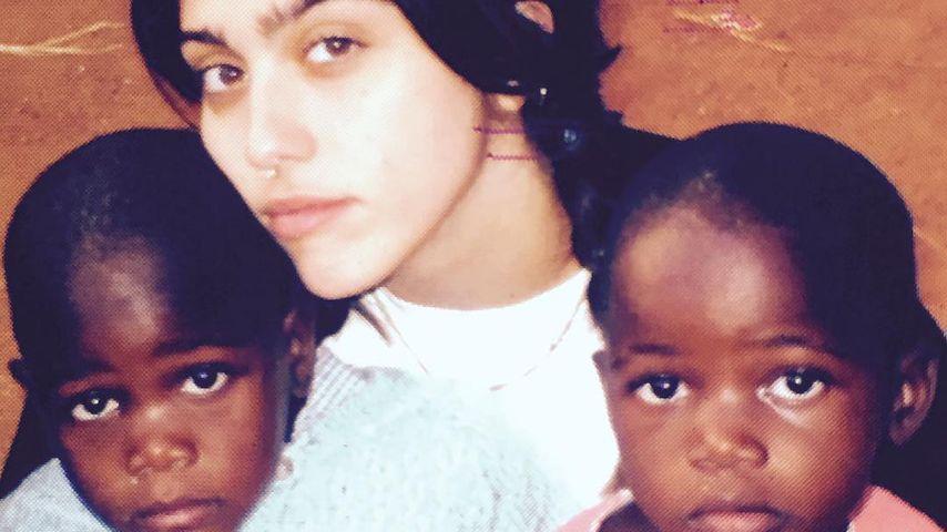Madonnas Tochter Lourdes mit Zwillingsschwestern aus Malawi 2016