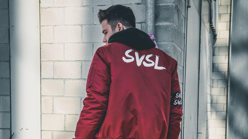 Luca Hänni in einer Jacke seiner eigenen Marke SVSL