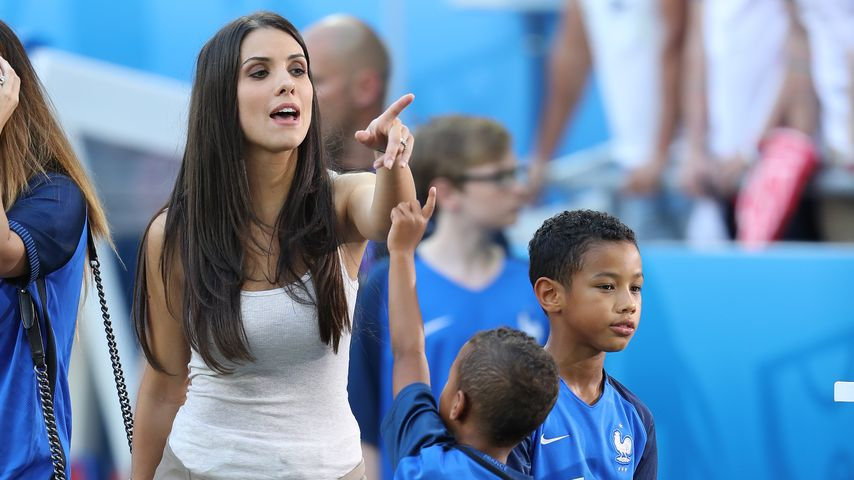 Ludivine Sagna, Ehefrau von Bacary Sagna und die Söhne Kais und Elias nach einem Frankreich-Spiel