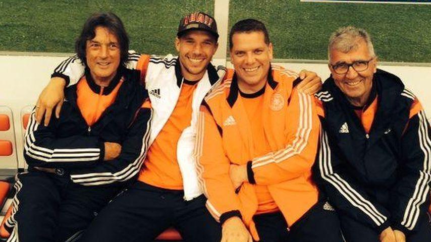 Lukas Podolski feuert heute vom Spielfeldrand an