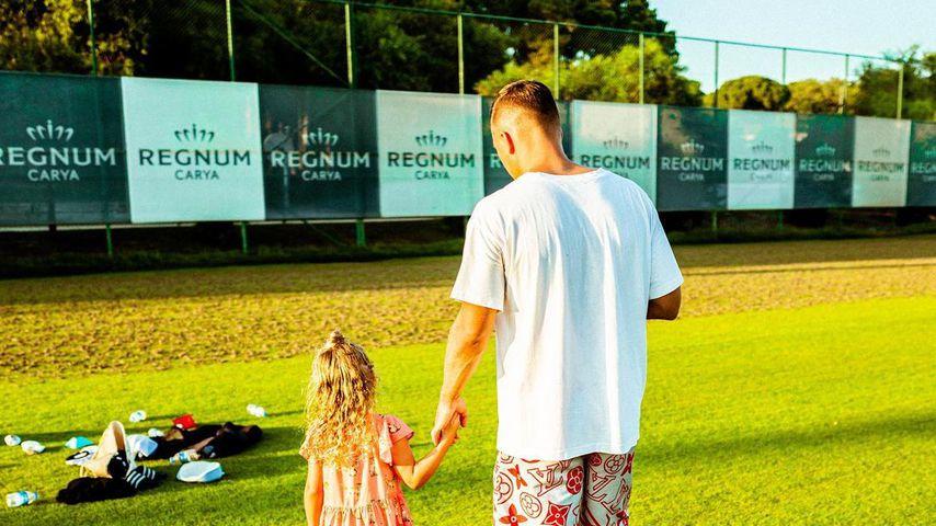 Lukas Podolski mit seiner Tochter Maya im Juli 2020