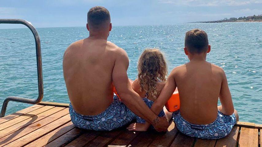 Lukas Podolski mit seinen Kindern Louis und Maya im Jahr 2020