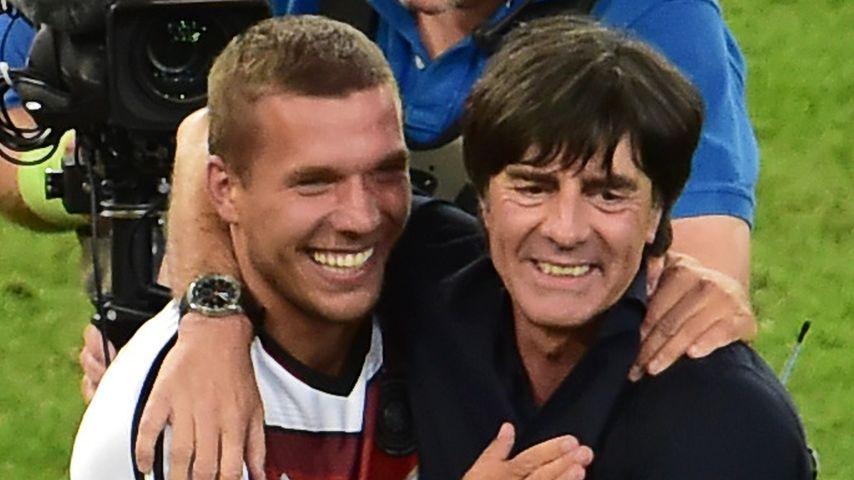 Lukas Podolski und Joachim Löw (r.) nach dem WM-Finale 2014