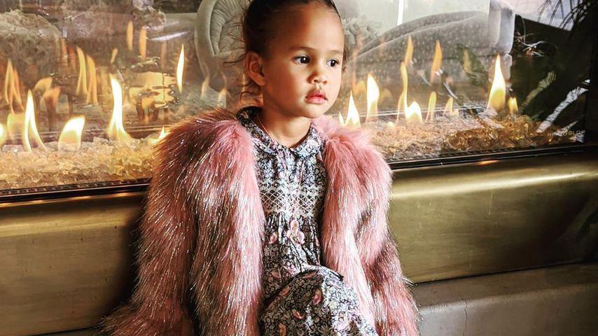 Ladylike: Chrissy Teigens Tochter (3) posiert wie eine Große