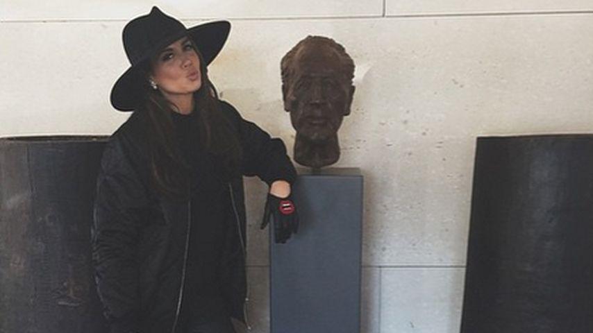 Mit Riesen-Hut: Versteckt Mandy Capristo hier ihren Jetlag?