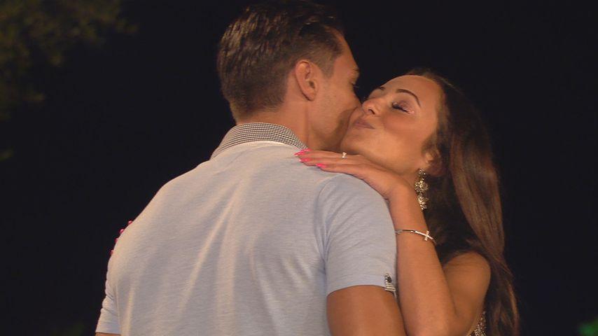 """Marcellino Kremers und Tracy Candela bei einer """"Love Island""""-Paarungszeremonie"""