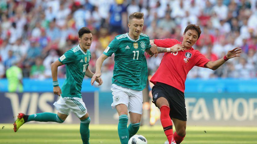 Marco Reus im Zweikampf mit einem südkoreanischen Nationalspieler bei der WM
