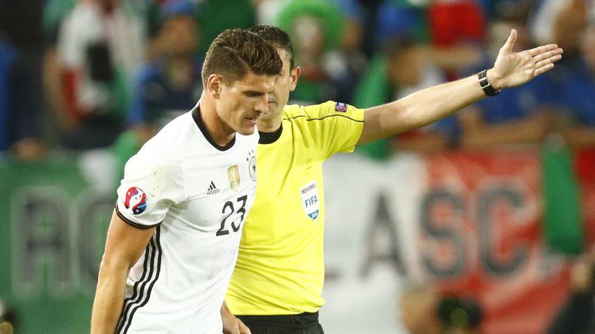 Mario Gomez muss beim Viertelfinlaspiel der EM gegen Italien verletzt vom Platz