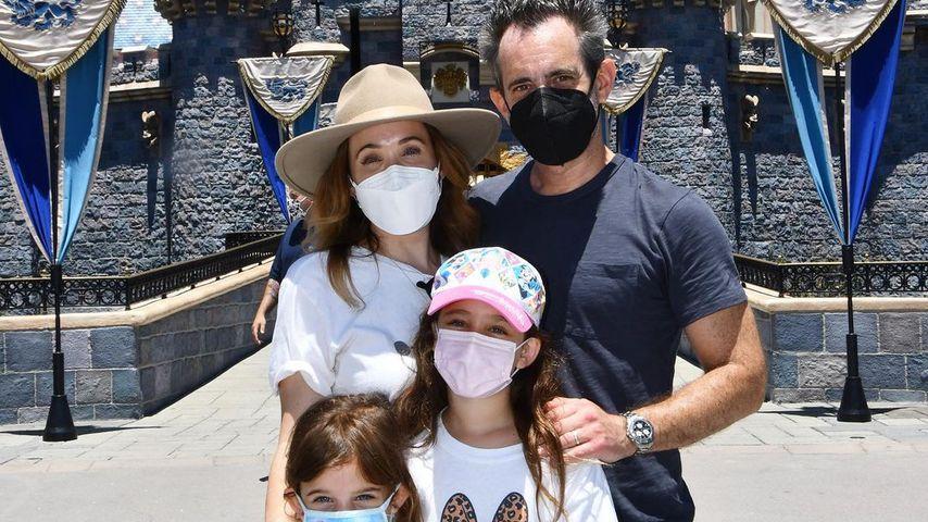 Marla Sokoloff mit ihrer Familie im Disneyland