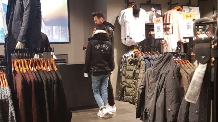 Marvin Albrecht und Simone Voss in einem Geschäft in Venlo