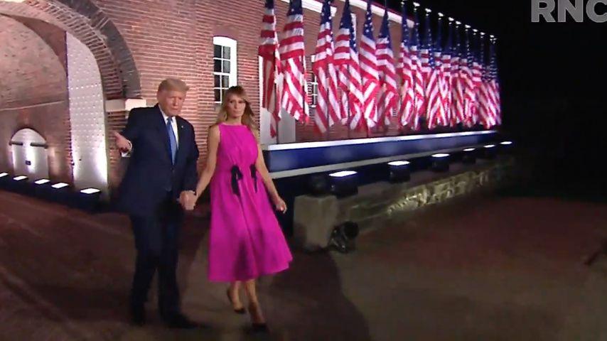 Schleifen? Melania Trump verwirrt mit ihrem Kleid die Fans
