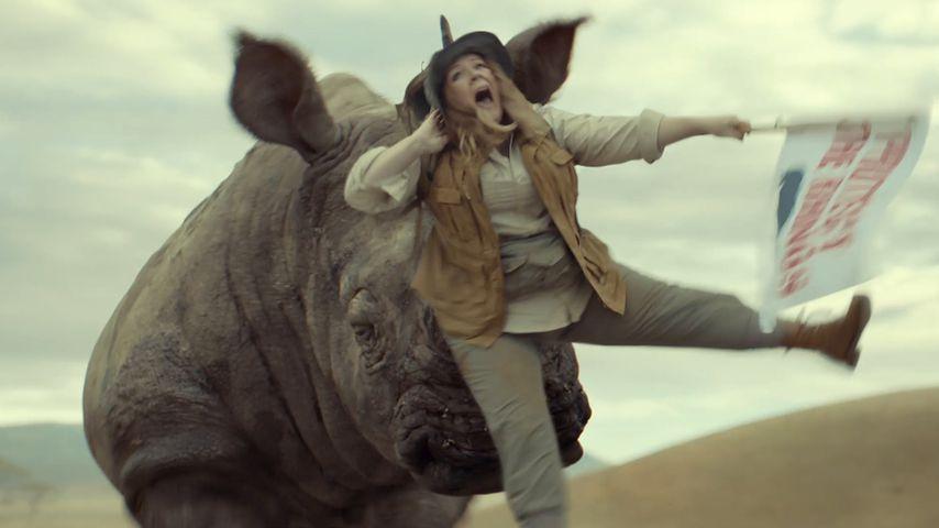 Vom Nashorn aufgespießt: Melissa McCarthys crazy Werbe-Clip!