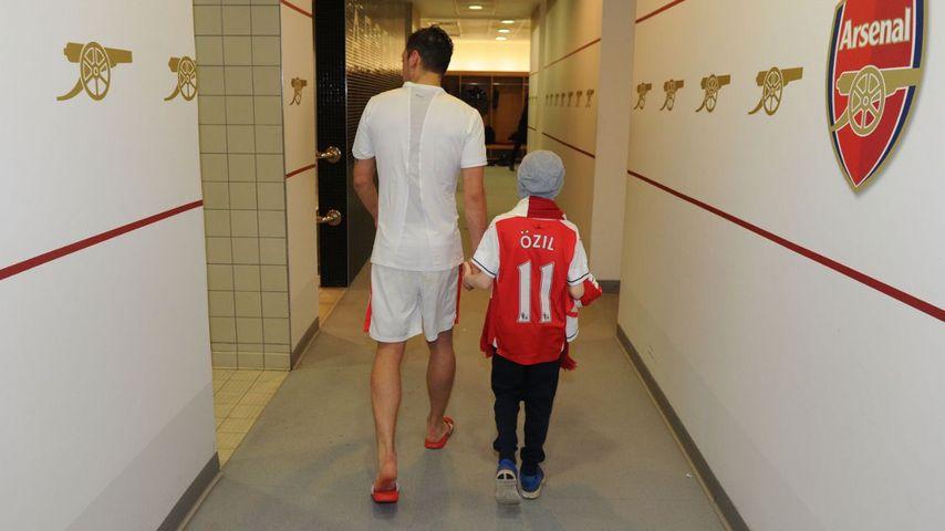 Rührend: Mesut Özil macht krebskranken Fan (11) glücklich