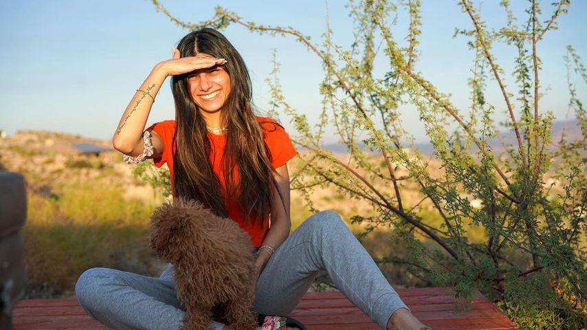 Mia Khalifa mit ihrem Hund