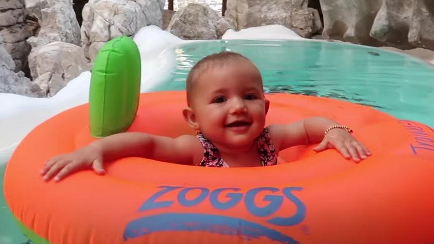 Zum Quietschen: Mia Rose Harrison übt Laufen im Pool!
