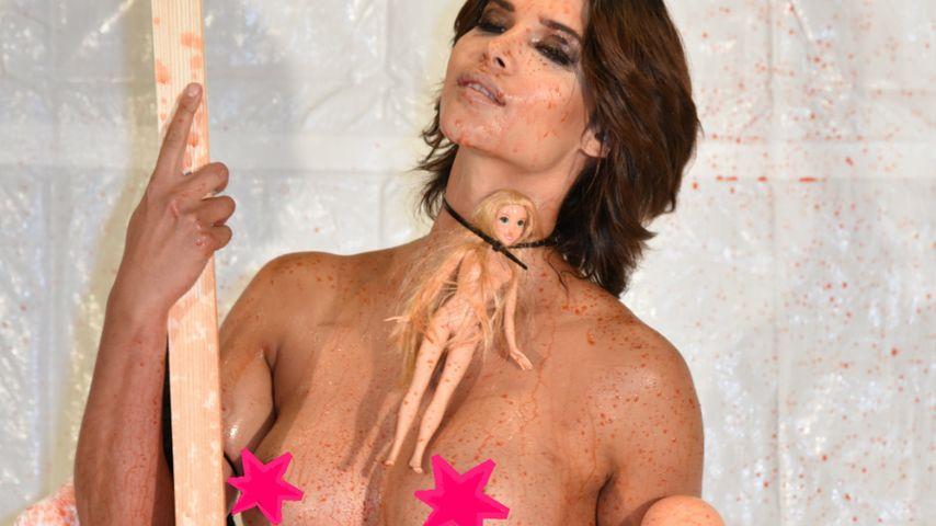 Micaela Schäfer protestiert nackt
