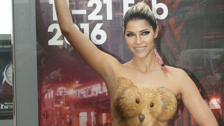 Freizügiger Bär: So versext Micaela Schäfer die Berlinale