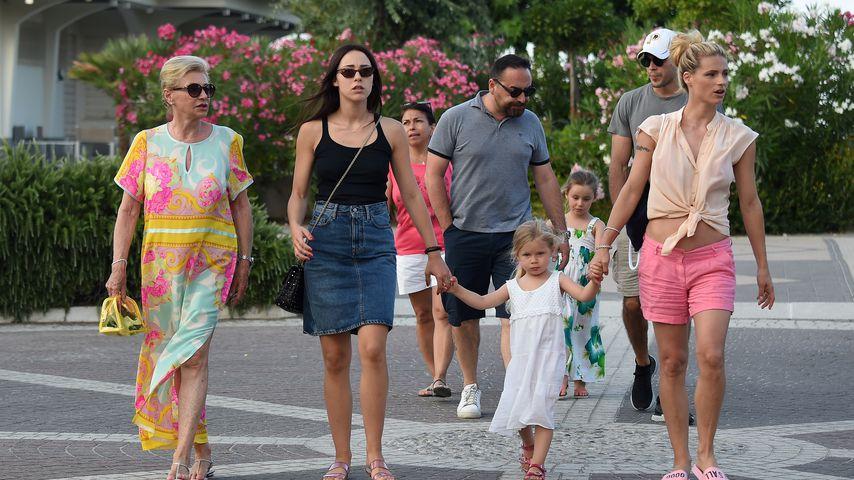 Michelle Hunziker (r.) mit Mama Ineke, Tochter Aurora, Sole und Celeste Trussardi und Goffredo Cerza