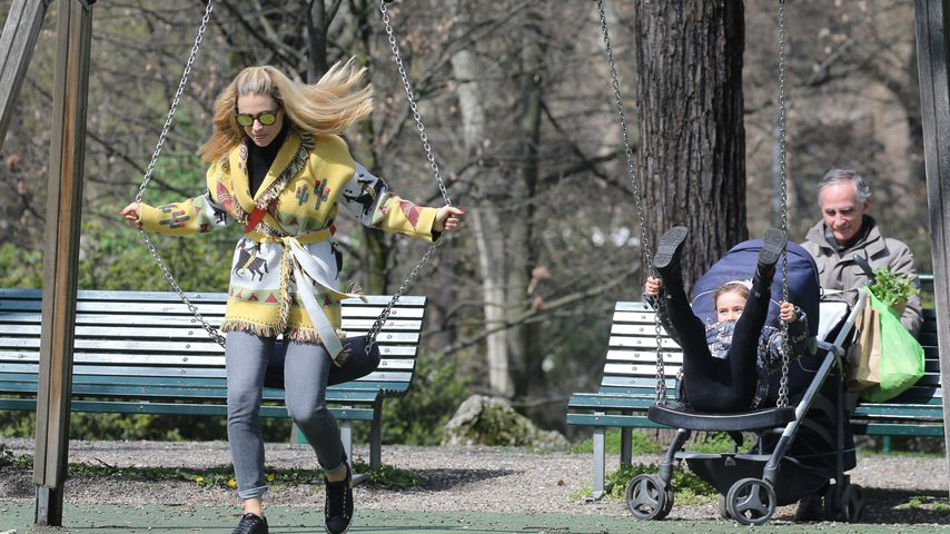 Michelle Hunziker mit ihren Kindern auf dem Spielplatz