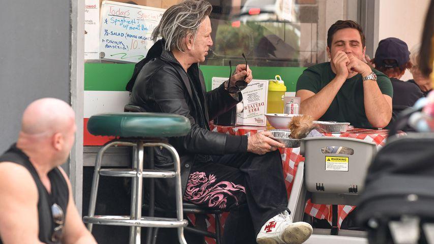 Mickey Rourke mit seinem Hund in einem Restaurant