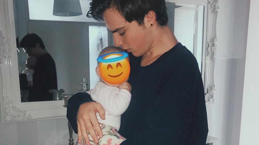 Mit Baby im Arm: Teenie-Star Mike Singer übt schon Papa-Sein