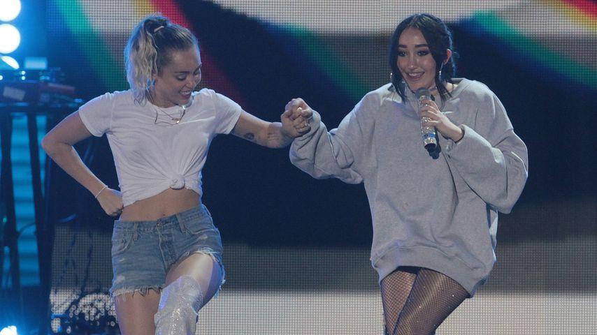 Miley und Noah Cyrus bei einem Auftritt, 2017