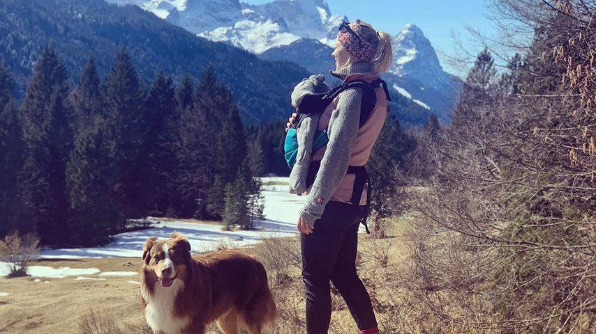 Miriam Neureuther mit ihrem Sohn Leo und dem Hund