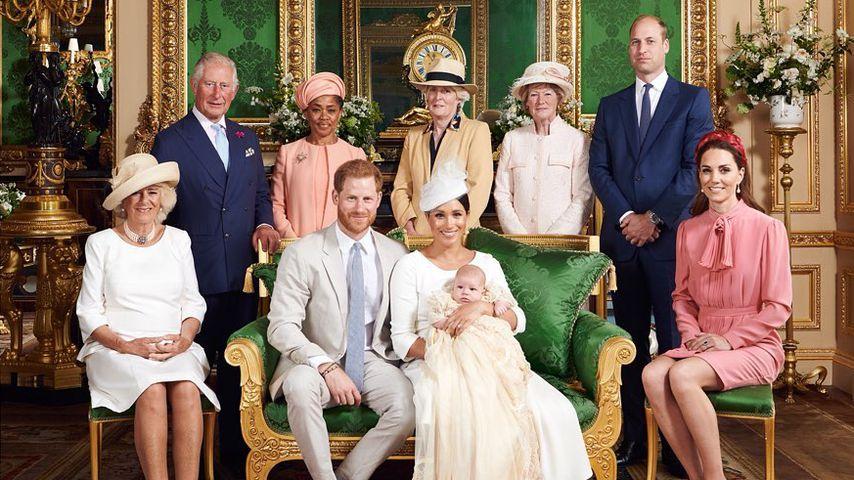 Prinz Harry, Herzogin Meghan und Sohn Archie umringt von Mitgliedern des britischen Königshauses
