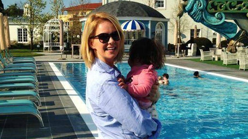 Süß! Monica Ivancans Tochter im Pferde-Fieber