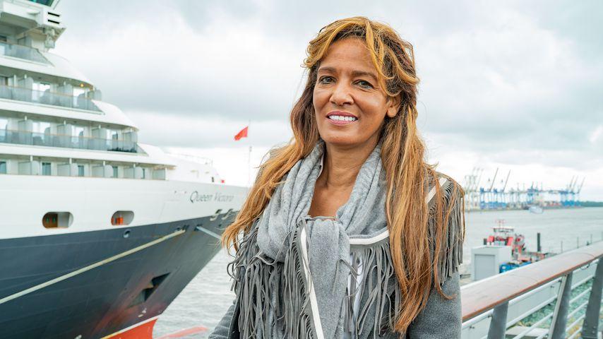 Nadja Abd el Farrag vor dem Kreuzfahrtschiff Queen Victoria in Hamburg