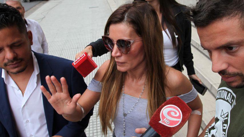 Natacha Jaitt mit ihrem Bruder Ulises (r.) vor einem Gericht in Argentinien