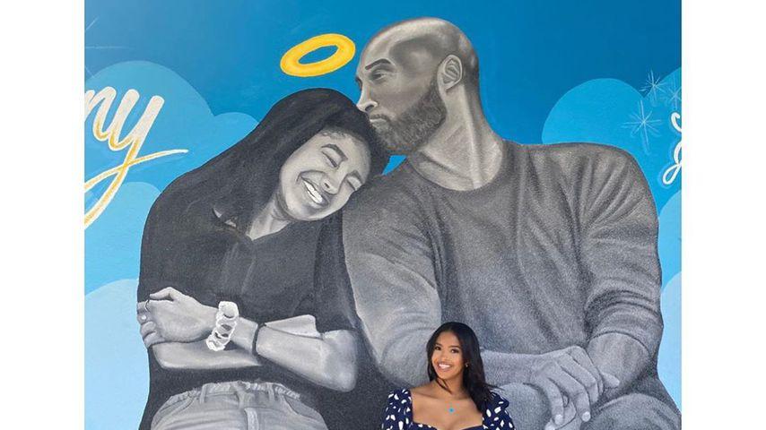 Natalia Bryant vor einem Bild von ihrem verstorbenen Vater und ihrer Schwester