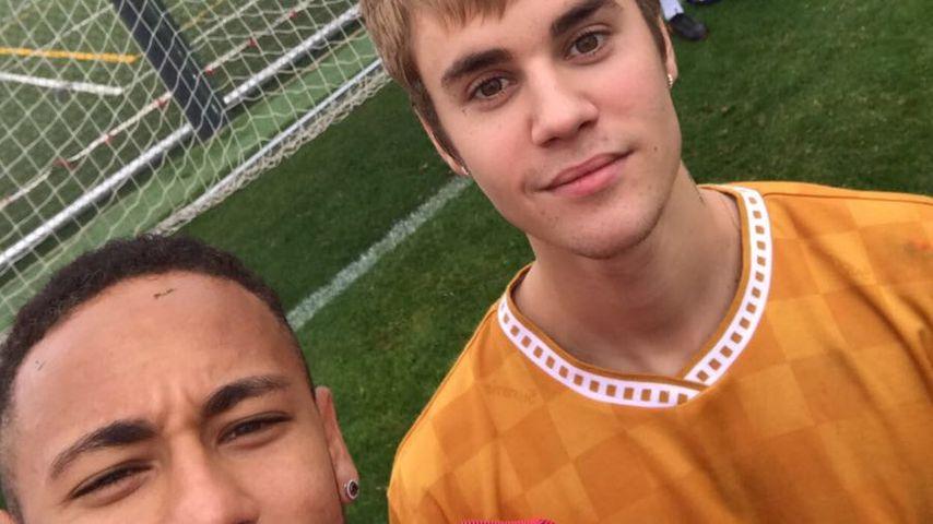 FC Bieber-Neymar: Justin dribbelt Barcelona-Fußballer aus!