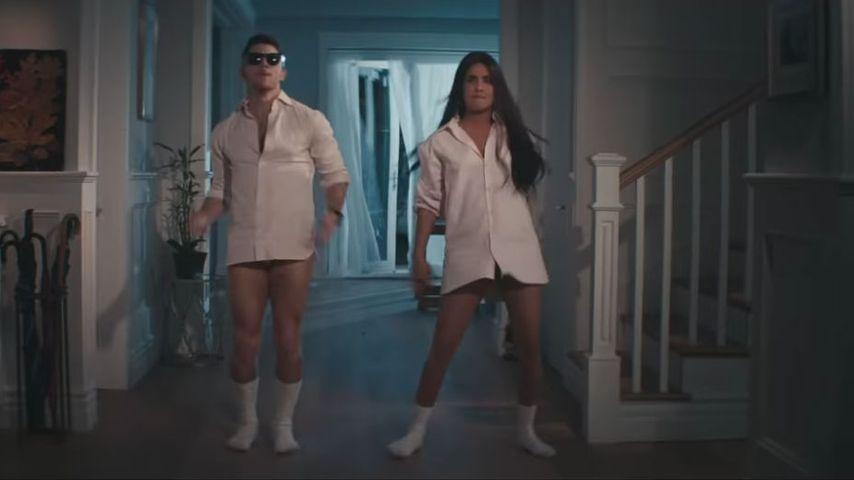 "Nick und Priyanka Jonas in ""What A Man Gotta Do"""