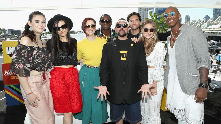 "Nicole Maines (l.) mit dem ""Supergirl""-Cast auf der Comic-Con 2018"